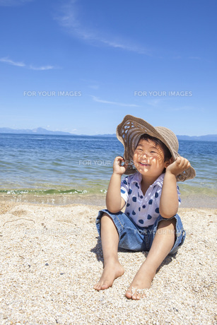 ビーチで楽しく遊ぶ子供 FYI00264929