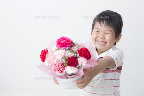 花束を持つ笑顔の子供 FYI00265074