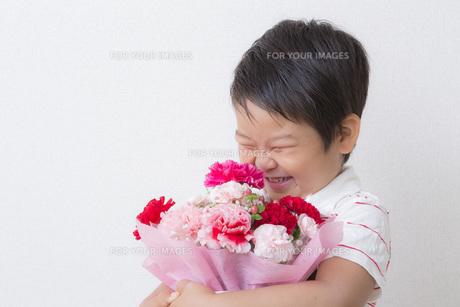 花束を持つ笑顔の子供 FYI00265081