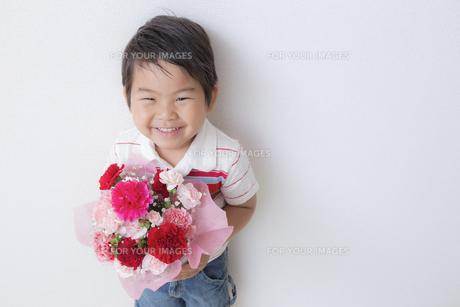 花束を持つ子供 FYI00265086
