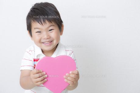 ハートを持つ笑顔の子供 FYI00265098