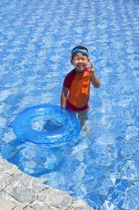 プールで遊ぶ子供 FYI00265120
