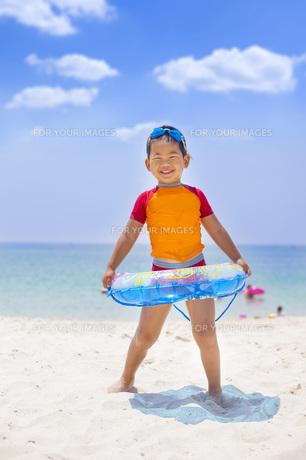 海で遊ぶ元気な子供 FYI00265141