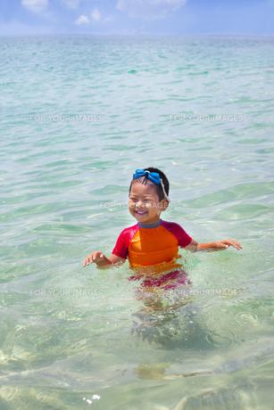 きれいな海で遊ぶ子供 FYI00265149