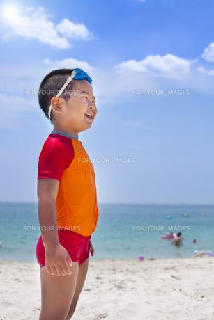 海水浴を楽しむ子供 FYI00265168