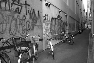 路地と落書きと自転車 FYI00265620