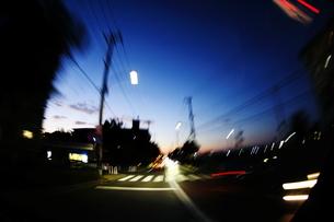 日暮れの道 走る FYI00266041