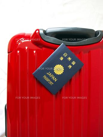 スーツケースとパスポート FYI00268861