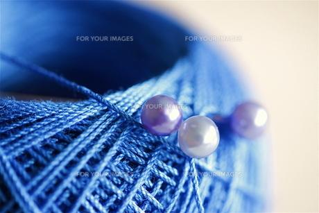 青いレース糸とパールのまち針(2) FYI00278665