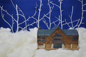 レンガの家と冬の森 FYI00281143