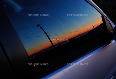 車窓に写った夕景 FYI00281274