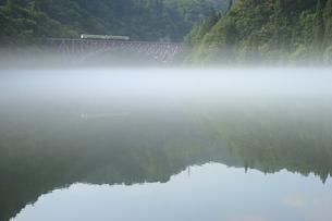 霧の漂う只見川を行く只見線 FYI00282394