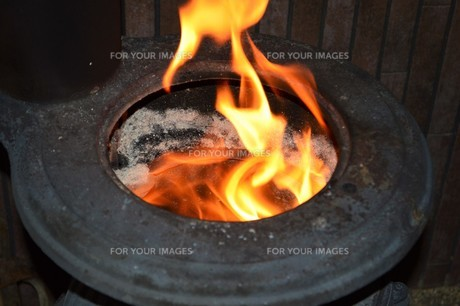 ダルマストーブの上部の炎 FYI00286888