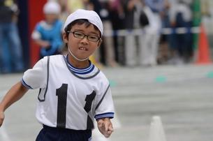 運動会で走るリレー選手 FYI00302933