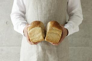 パンを割る男性 FYI00303651
