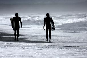 砂浜を歩くサーファー2 FYI00310881