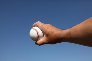 硬球と男性の手 FYI00313299