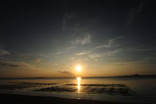 備瀬崎から伊江島の夕日を臨む FYI00315438