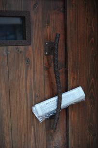 新聞が挟まれたドア FYI00316277