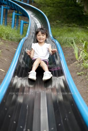 滑り台で遊ぶ女の子 FYI00318335