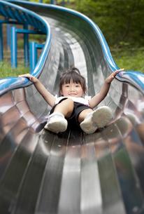 滑り台で遊ぶ女の子 FYI00318336