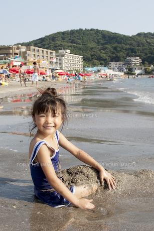 海で砂遊びをする女の子 FYI00318389