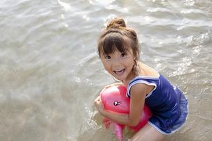 海で遊ぶ女の子 FYI00318390