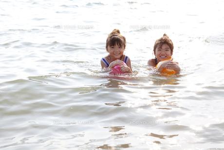海で遊ぶ女の子達 FYI00318399