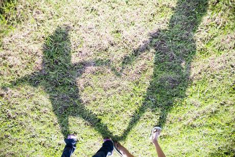 子供が影で作ったハート FYI00318422