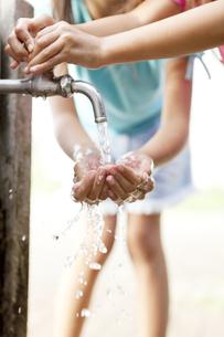 公園で手を洗う子供達 FYI00318430