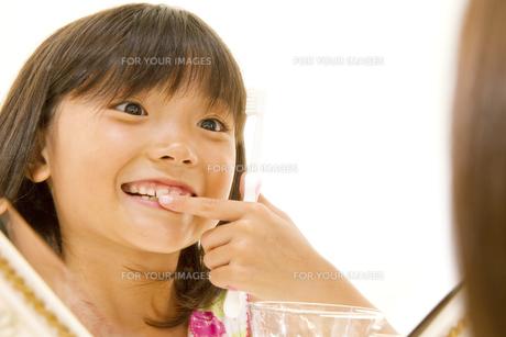 歯を磨く女の子 FYI00318739