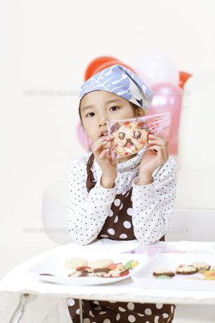 プレゼントを作る女の子 FYI00318793