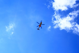 青空とヘリコプター FYI00322061