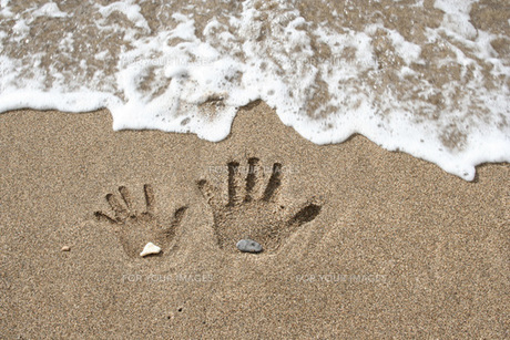 波打ち際の手形 FYI00325130