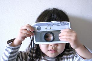 写真を撮る女の子 FYI00325133