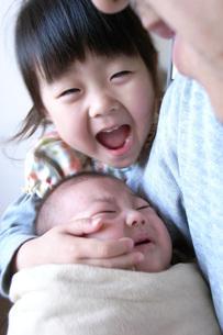 赤ちゃんをあやす姉 FYI00325136