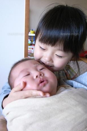 赤ちゃんをあやす姉 FYI00325139