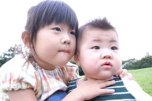 公園で寄り添う姉妹 FYI00325147