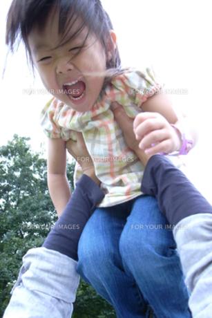 抱き上げられる子供 FYI00325152