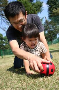 ボールで遊ぶ親子 FYI00325153
