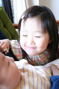 赤ちゃんをあやす姉 FYI00325154