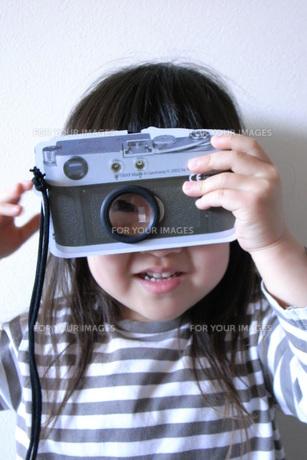 写真を撮る女の子 FYI00325155
