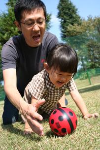 ボールで遊ぶ親子 FYI00325159