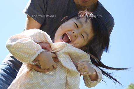 父親と遊ぶ子供 FYI00325161