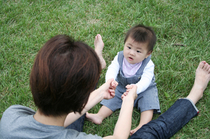 子供と遊ぶ母親 FYI00325171