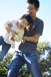 楽しく遊ぶ父親と子供 FYI00325176