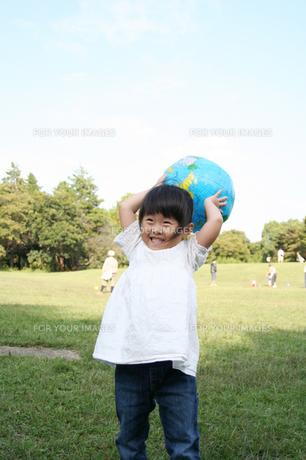 ボールで遊ぶ子供 FYI00325177