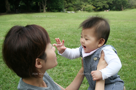 子供を抱き上げる母親 FYI00325178