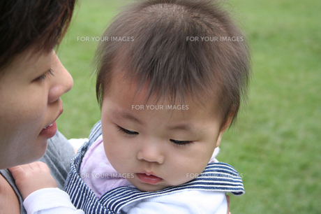 子供を抱く母親 FYI00325179