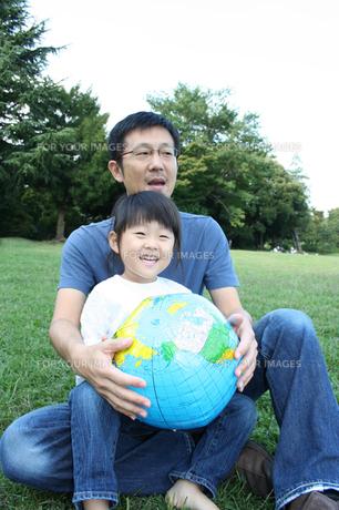 ボールで遊ぶ父と子供 FYI00325180